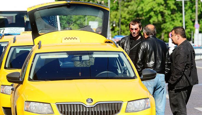 Работа для своих: иностранцев высадят из такси