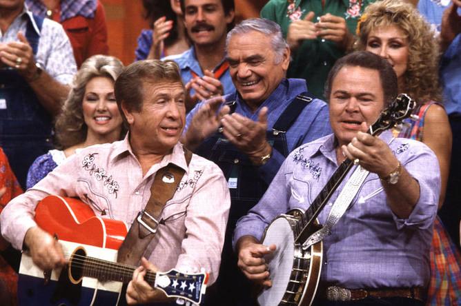 Ведущие «Hee Haw» Бак Оуэнс и Рой Кларк во время записи телешоу в Нэшвилле, штат Теннесси, 1986 год