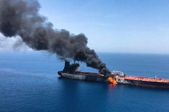 Горящий танкер в Оманском заливе, 13 июня 2019 года. Кадр из видео