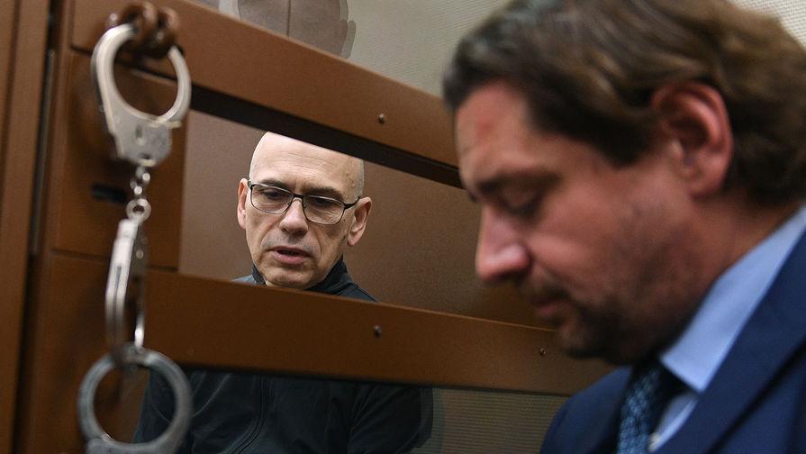 Бывший министр финансов Московской области Алексей Кузнецов (слева), обвиняемый в хищении более 11 миллиардов рублей, на заседании Басманного суда Москвы, 14 августа 2019 года