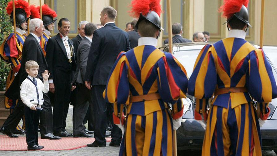 Николай Лукашенко приветствует гвардейцев Ватикана, 2009 год