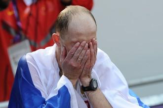 Сергей Кирдяпкин плачет, завернувшись в российский флаг, после победы на 50 км в Лондоне. Теперь те слезы кажутся уже слезами не радости, а горя