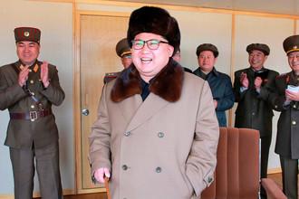 Северокорейский лидер Ким Чен Ын на ракетном полигоне во время испытания двигателя нового типа для МБР
