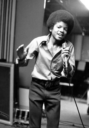 Фото 1972 года, на нем Майклу Джексону 13 лет. Он — самый младший участник семейного коллектива Jackson Five. В своих мемуарах Джексон благодарит коллектив за старт своей карьеры, но время работы в «пятерке» вспоминает с ужасом
