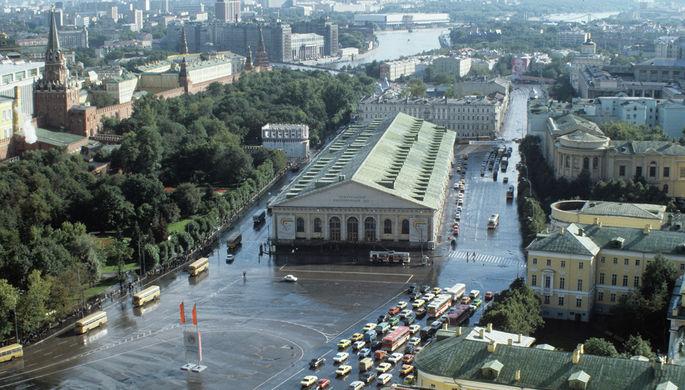 1985 год. Вид на площадь 50-летия Октября и Центральный выставочный зал «Манеж». Современное название — Манежная площадь