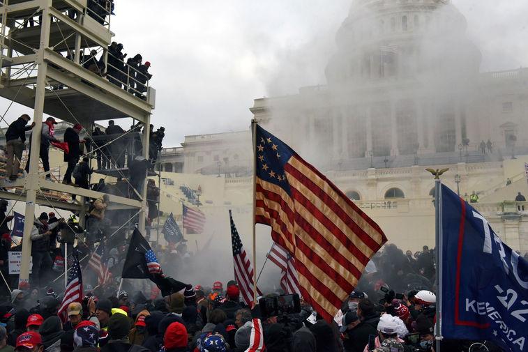 Большинство избирателей в США сочли события в Капитолии угрозой демократии