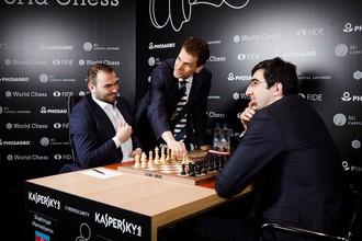 Гроссмейстеры Шахрияр Мамедьяров и Владимир Крамник перед началом партии