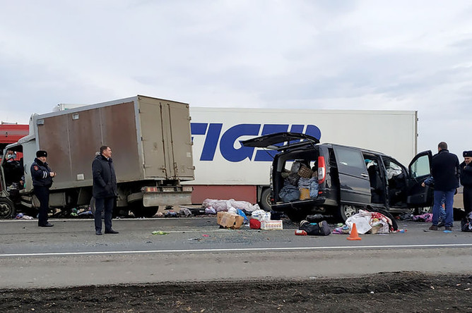 На месте столкновения микроавтобуса Mercedes Vito и грузового автомобиля «ЗИЛ» на 252-м км федеральной автодороги «Кавказ» недалеко от города Невинномысска, 6 марта 2019 года
