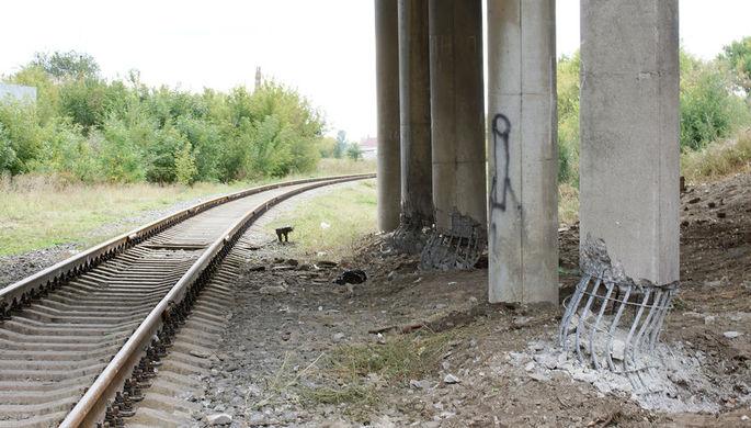 Опоры автодорожного моста в Луганске, которые были подорваны неизвестными. Был совершен подрыв трех опор моста. Бетонные конструкции были частично разрушены, но арматура выдержала взрыв, 19 сентября 2019 года