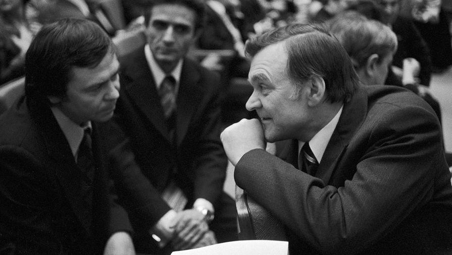 Писатели-лауреаты Юрий Бондарев (справа) и Валентин Распутин беседуют в Свердловском зале Кремля на вручении Государственной премии 1977 года деятелям литературы и искусства