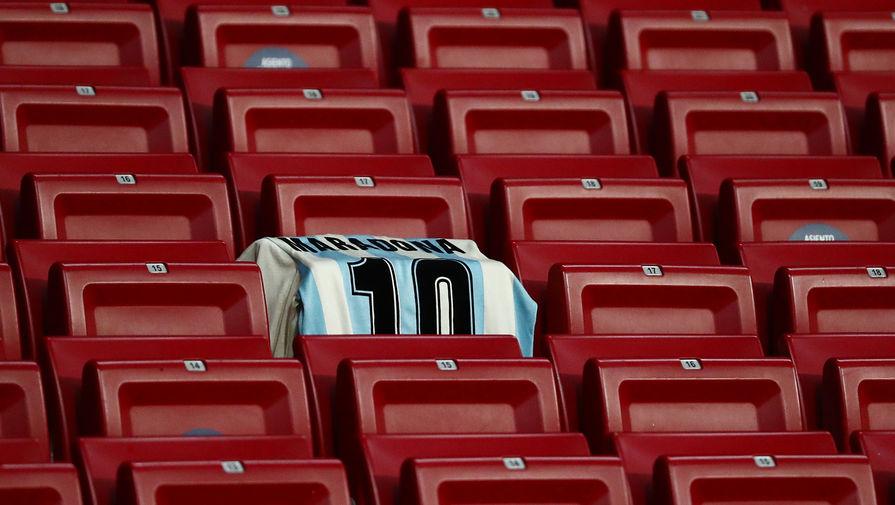 Футболка с фамилией Марадона на трибуне стадиона во время матча 4-го тура группового этапа Лиги чемпионов УЕФА сезона 2020/21 между ФК «Атлетико» (Испания, Мадрид) ФК «Локомотив» (Россия, Москва), 25 ноября 2020 года. Знаменитый футболист Диего Марадона скончался на 61-м году жизни за несколько часов до матча.