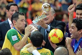 Йозеф Блаттер вручает чемпионский кубок сборной Бразилии