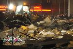Спасатели работают наместе обрушения крыши супермаркета вРиге