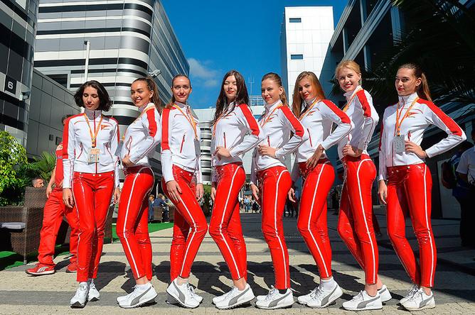 Промомодели команды «Феррари» перед российским этапом чемпионата мира по кольцевым автогонкам в классе «Формула-1»