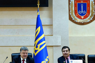 Президент Украины Петр Порошенко и бывший президент Грузии Михаил Саакашвили, назначенный в качестве губернатора Одесской области, на церемонии представления губернатора в Одесской областной администрации