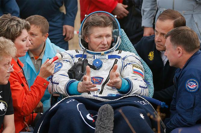 Российский космонавт Геннадий Падалка (в центре) после приземления капсулы корабля «Союз ТМА-16М»