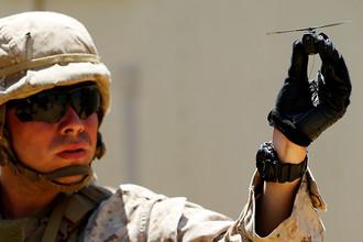 Американский морпех с беспилотником Black Hornet («Черный Шершень»)