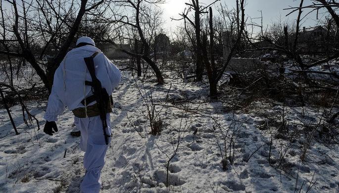 Украинский военнослужащий выходит на позиции к линии фронта в городе Авдеевка, Украина, 10 февраля 2017 года