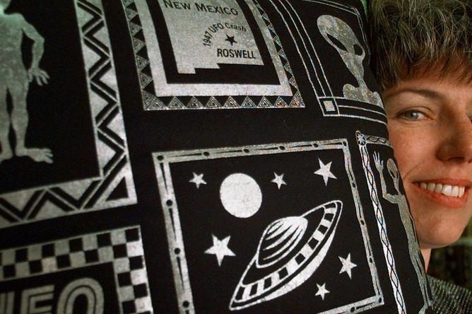 Ткань с узором в честь 50-летия «Розуэлльского инцидента», 1997 год