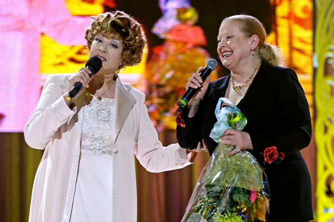 Певицы Эдита Пьеха и Людмила Сенчина во время выступления в концертном зале «Юбилейный», 2007 год