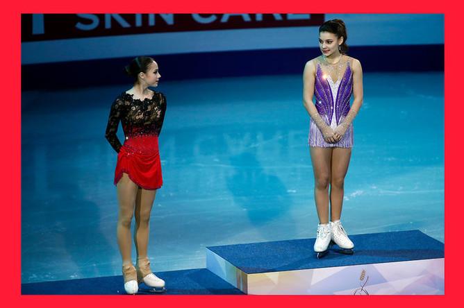 Алина Загитова (серебро) и Софья Самодурова (золото) во время церемонии награждения на чемпионате Европы по фигурному катанию в Минске, 25 января 2019 года