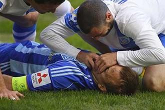 Игрок «Днепра» Джаба Конкава спасает коллегу из киевского «Динамо» Олега Гусева от удушения