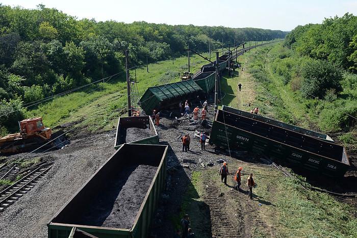Сотрудники ремонтной службы Украинских железных дорог «Укрзализныця» устраняют...