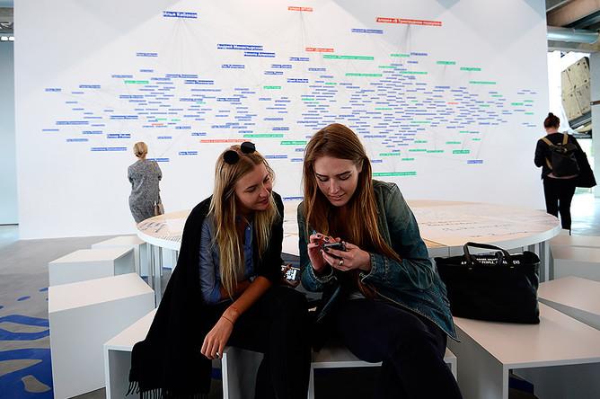 Посетительницы на открытии нового здания музея современного искусства «Гараж» в Парке Горького