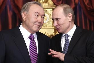 Президент Казахстана Нурсултан Назарбаев и президент РФ Владимир Путин (слева направо) во время подписания совместных договоров после двусторонней встречи в рамках саммита ЕврАзЭС, 24 декабря 2013 года