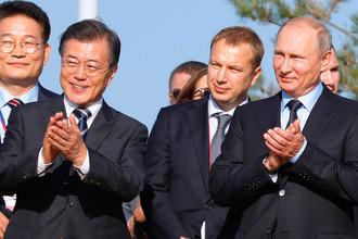 Президент Республики Корея Мун Чжэ Ин и президент России Владимир Путин во время посещения выставки «Улица Дальнего Востока» в рамках III Восточного экономического форума на набережной бухты Аякс на острове Русский, 6 сентября 2017 года