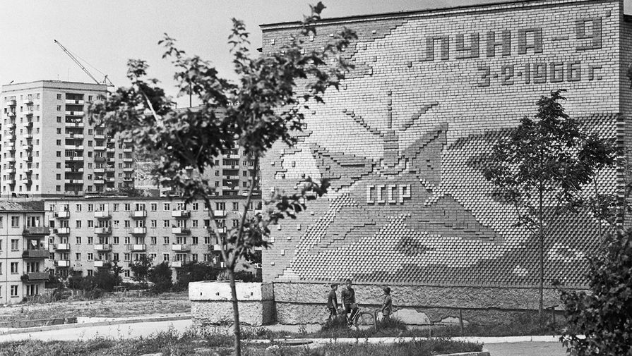 Мозаичное панно на торцевой стене школьного здания в новом жилом районе Владивостока по улице Русской, 1971 год.