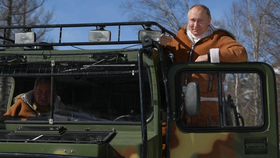 Президент РФ Владимир Путин управляет вездеходом во время прогулки в тайге, 21 марта 2021 года