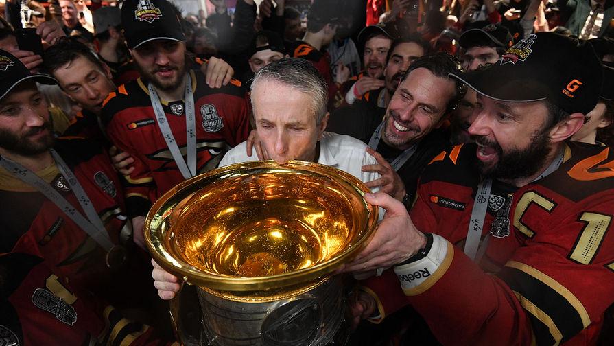 Команда ХК «Авангард» празднует победу в Кубке Гагарина Континентальной хоккейной лиги. Слева: главный тренер Боб Хартли пьет шампанское из кубка, 28 апреля 2021 года