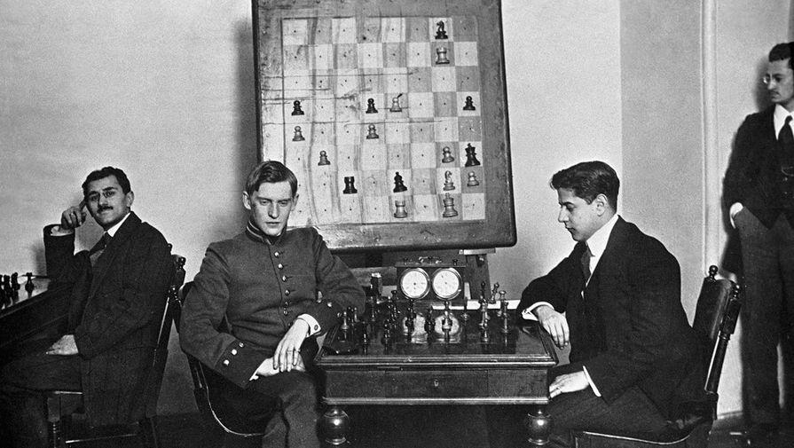 Русский шахматист, чемпион мира 1929-35 гг., 1937-46 гг. Александр Алехин и кубинский шахматист...