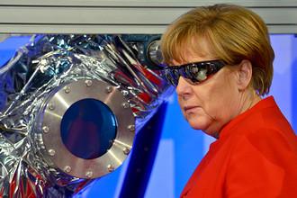 Канцлер ФРГ Ангела Меркель во время посещения Европейского центра астронавтов (EAC) в Кельне, 18 мая 2016 года