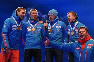 Выход из ситуации нашел комментатор Дмитрий Губерниев (крайний справа)