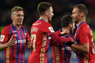 Игроки ЦСКА радуются забитому голу в матче чемпионата России по футболу