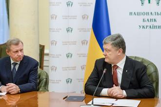 Яков Смолий, назначенный на должность главы Национального банка Украины, и президент Украины Петр Порошенк на пресс-брифинге в Национальном банке Украины, 15 марта 2018 года