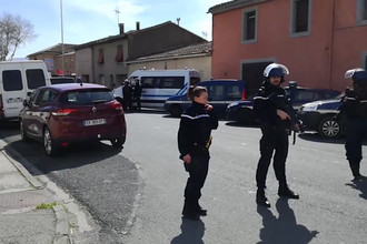 Ситуация на месте захвата заложников в супермаркете в коммуне Треб на юге Франции, 23 марта 2018 года