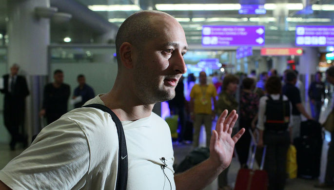 Российский журналист Аркадий Бабченко в аэропорту «Шереметьево» после депортации из...