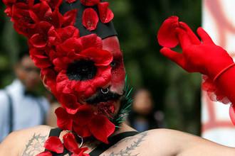 Участник гей-парада в Боготе, Колумбия, 1 июля 2018 года