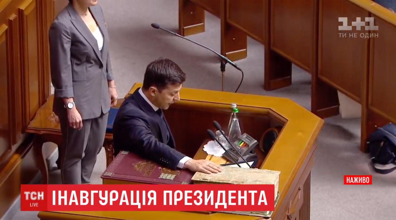 Зеленский потребовал не вешать его портреты в кабинетах