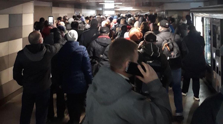 Очередь на вход на станцию Царицыно Московского метрополитена, 15 апреля 2020 года
