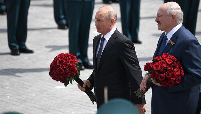 Президент России Владимир Путин и президент Белоруссии Александр Лукашенко во время церемонии возложения венка к Ржевскому мемориалу Советскому солдату, 30 июня 2020 года