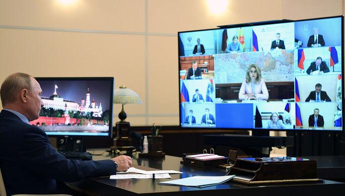 Президент России Владимир Путин во время совещания по вопросам о санитарно-эпидемиологической обстановке в РФ и о готовности системы здравоохранения к осенне-зимнему периоду, 29 июля 2020 года