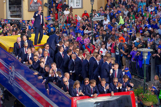 Болельщики приветствуют сборную Исландии в Рейкьявике
