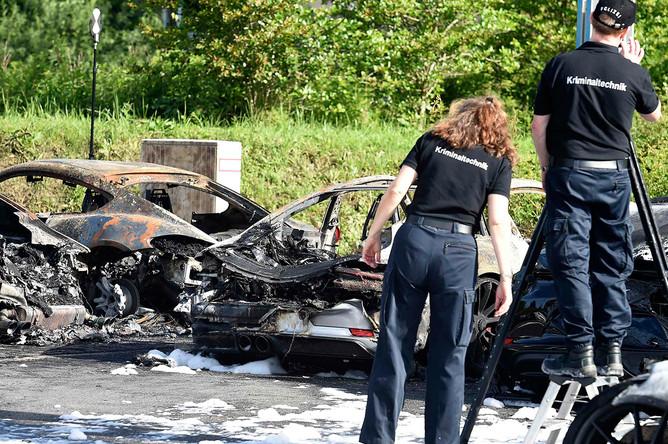 Сгоревшие автомобили Porsche на стоянке дилерского центра в Гамбурге, 6 июля 2017 года