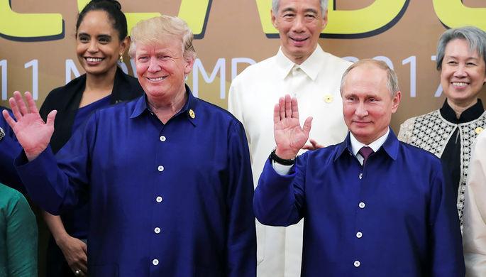 Президент США Дональд Трамп и президент России Владимир Путин пожимают руки во время встречи на...