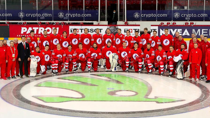 Сборная России по хоккею во время общекомандного фотографирования без герба и флага