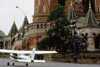 Самолет Cessna 172 P перед собором Василия Блаженного на Красной площади в Москве, 1987 год